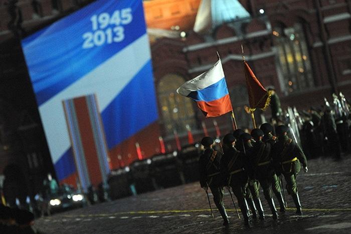 Binh lính Nga giương cao quốc kỳ khi diễu hành