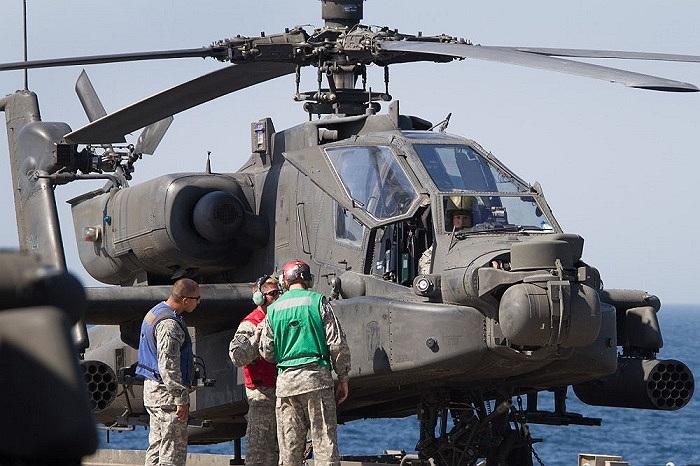 Trực thăng vũ trang Apache AH-64D của Mỹ trên tàu đổ bộ vận tải USS Ponce
