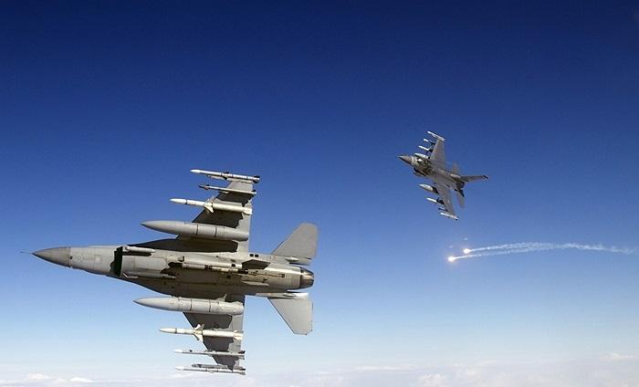 Chiến cơ F-16 Fighting Falcon của Mỹ luyện tập với vũ khí thật ở khu vực Draughon, căn cứ không quân Misawa, Nhật Bản