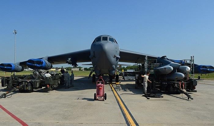 Các binh sĩ bảo trì vũ khí tại căn cứ không quân căn cứ không quân Barksdale, Louisiana, Mỹ với máy bay ném bom B-52H