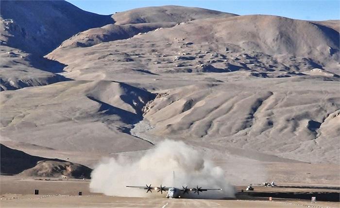 Máy bay vận tải 4 động cơ C-130J Super Hercules của Không quân Ấn Độ hạ cánh Daulat Beg Oldie, gần biên giới Trung Quốc