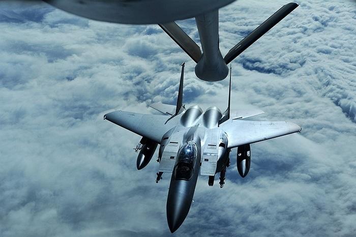 Máy bay tiếp tế KC-135 Stratotanker đến từ căn cứ Kadena, Nhât Bản đang bơm nhiên liệu cho chiếc F-15K Slam Eagle của Hàn Quốc tại cuộc tập trận Cờ Đỏ tại Alaska