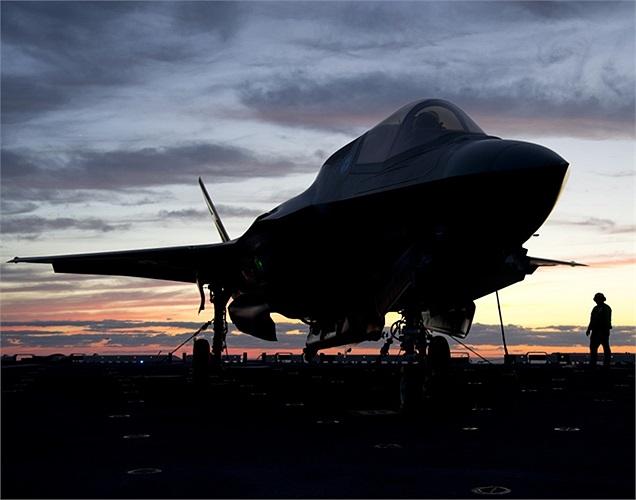 Phiên bản B của F-35 với khả năng cất, hạ cánh cự ly ngắn tập luyện trên sàn tàu đổ bộ tấn công lớp LHD-1 Wasp của Mỹ