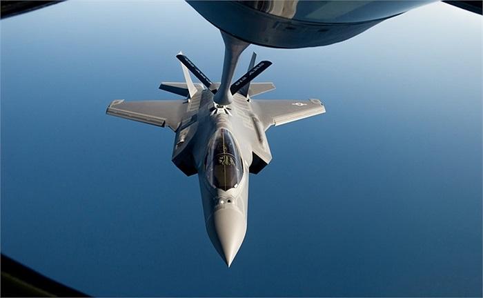 Phi công điều khiển F-35A tiếp cận máy bay chở nhiên liệu KC-135R Stratotanker, Không quân Mỹ