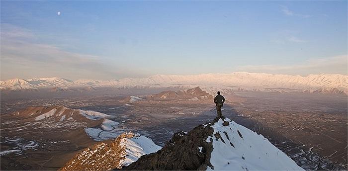 Binh sĩ Liên minh đứng trên ngọn đồi đầy tuyết ở Kabul, Afghanistan