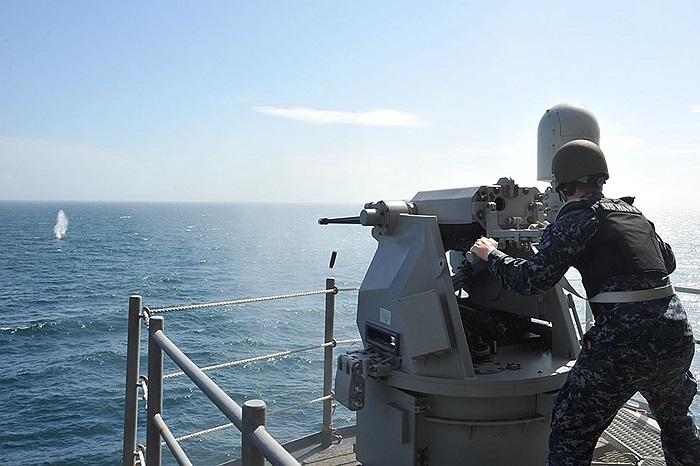 Binh sĩ bắn súng máy MK 38 MOD2 25mm trên tàu đổ bộ tấn công đa nhiệm USS Bataan, Hải quân Mỹ