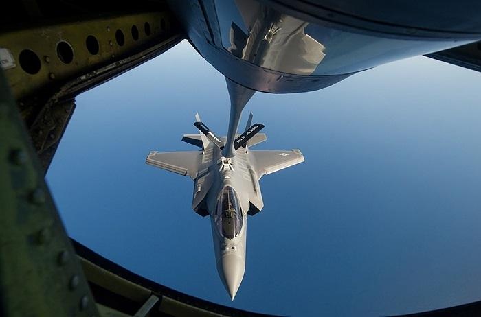 F-35A nhận dầu cận máy bay chở nhiên liệu KC-135R Stratotanker, Không quân Mỹ