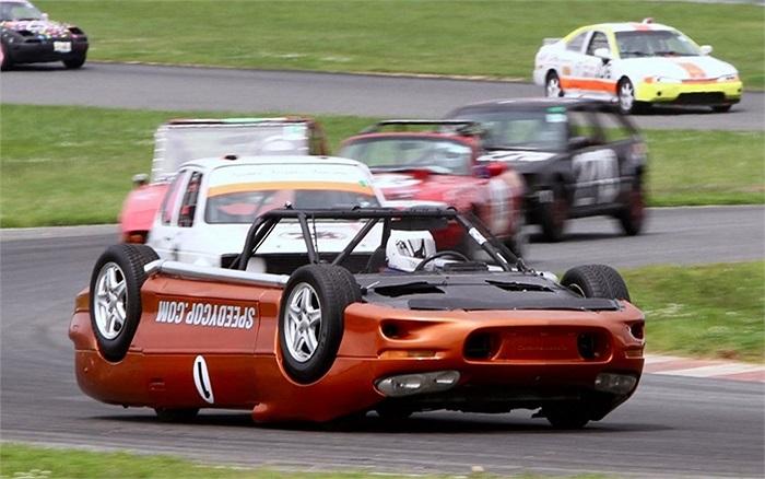 Cảnh sát nghỉ hưu lái chiếc xe bị lật ngược tham gia cuộc đua LeMons tại công viên Motorsport ở New Jersey, Mỹ