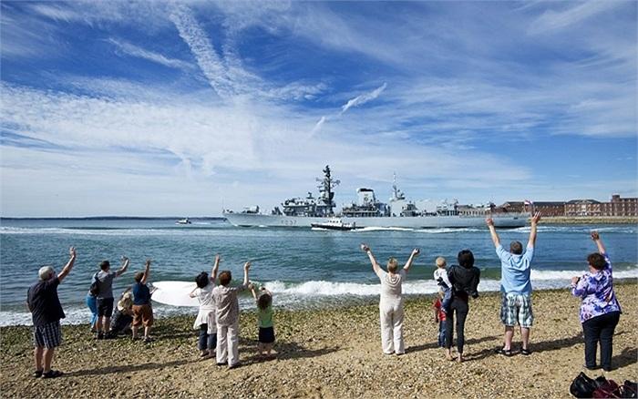 Người dân vẫy chào tàu trực thăng HMS Illustrious của Anh rời căn cứ hải quân Portsmouth ở phía nam nước Anh