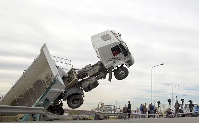 Phóng viên tập trung đưa tin ở hiện trường một vụ tai nạn giao thông ở Buenos Aires, Argentina