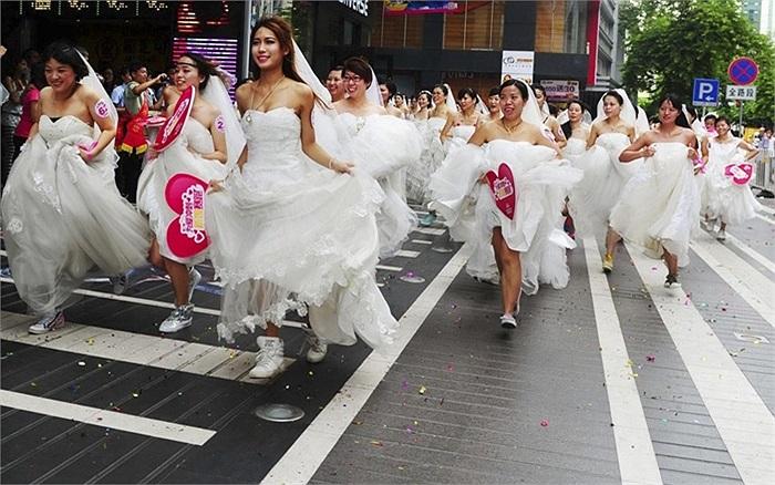 Cuộc đua cô dâu do một trung tâm thương mại tổ chức chào mừng Lễ hội Qixi ở Quảng Châu, Trung Quốc