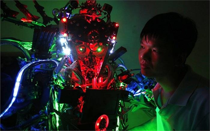 Nhà phát minh Tao Xiangli bên cạnh mẫu robot tự chế của mình trong nhà riêng ở Bắc Kinh, Trung Quốc
