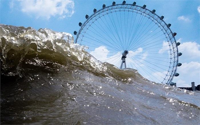 Nhiếp ảnh gia nghiệp dư Rupert Jordan chụp hình  London Eye (con mắt London) từ dưới sông Thames