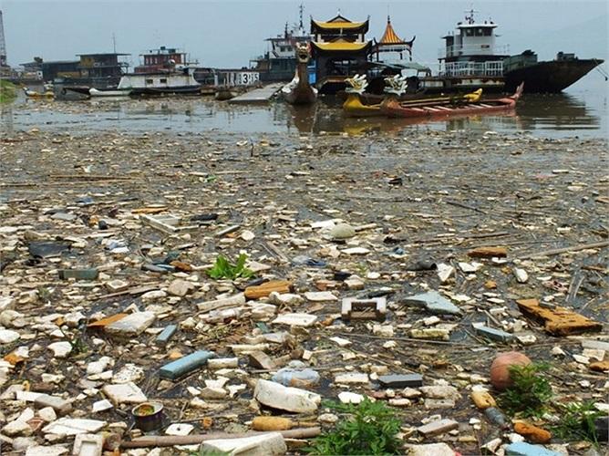 Rác thải nổi lềnh bềnh trên đập Tam Hiệp tại Nghi Xương, tỉnh Hồ Bắc của Trung Quốc