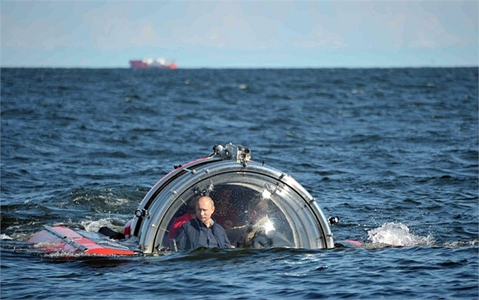 Tổng thống Nga Vladimir Putin nhìn ra từ thiết bị lặn Sea Explorer 5 khi nó đang lặn xuống ở vịnh Phần Lan