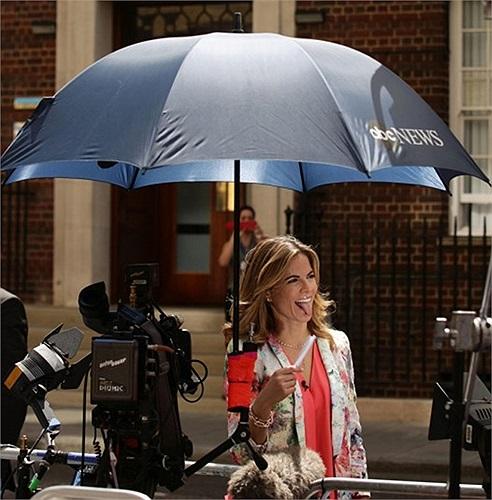 Phóng viên Natalie Morales của đài NBC News ở bên ngoài bệnh viện chờ đợi nữ công tước Catherine sinh con đầu lòng