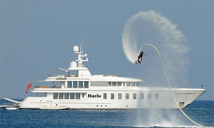 Sử dụng thiết bị phản lực để trình diễn trên mặt nước ở Saint-Tropez, Pháp