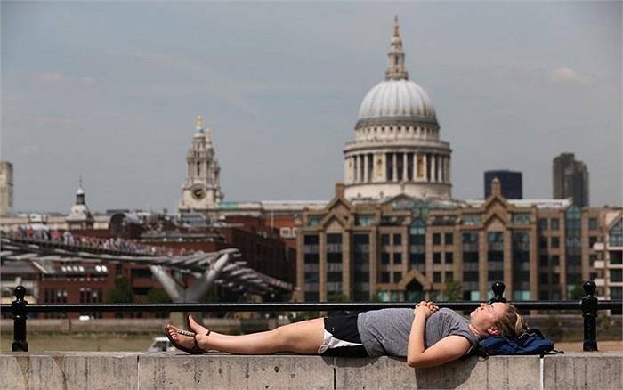 Người dân nằm thư giãn ở Southbank, London