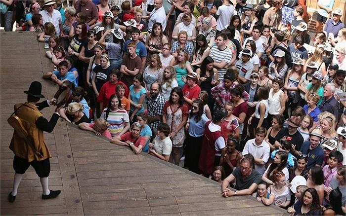 Khán giả tập trung trước buổi diễn kịch 'Giấc mộng đêm hè' của Shakespeare