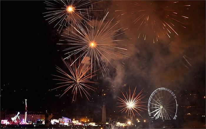 Pháo hoa tỏa sáng trên bầu trời Plymouth trong cuộc thi bắn pháo hoa của Anh