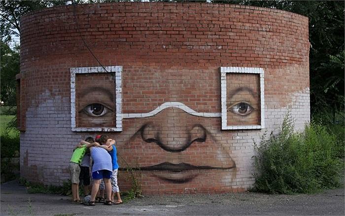 Các cậu bé chuẩn bị tham gia tập bóng bầu dục trước bức tường được vẽ graffiti ở thành phố Krasnoyars, Siberia