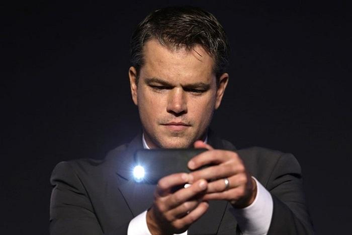 Nam diễn viên Matt Damon dùng điện thoại chụp ảnh trong buổi ra mắt phim 'Elysium' ở Seoul, Hàn Quốc