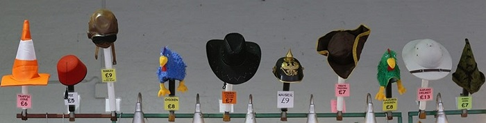 Những chiếc mũ độc đáo được bày bán trong lễ hội bia tại trung tâm triển lãm Olympia ở London, Anh