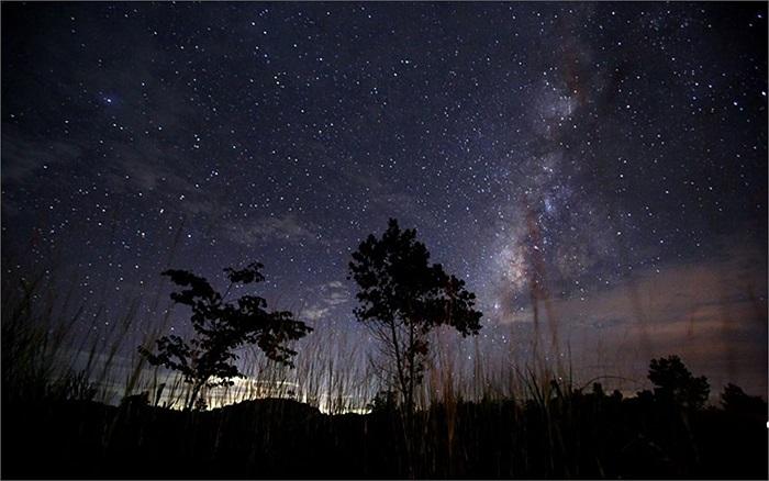 Dải ngân hà tỏa sáng trên bầu trời đêm ở Yangon, Myanmar