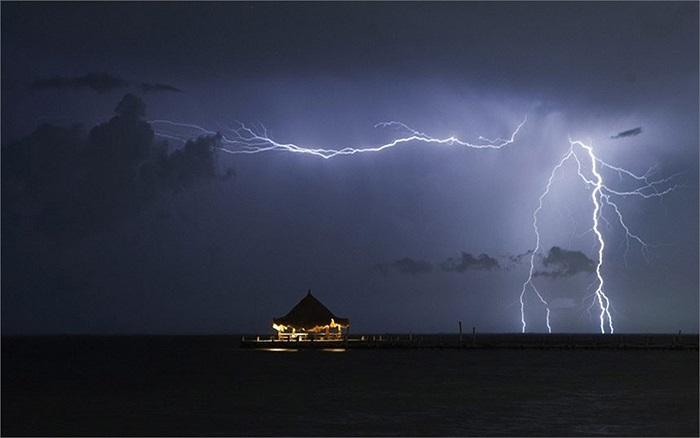 Sét đánh vào một khu du lịch biển ở Cancun, Mexico