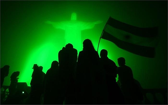 Người hành hương vẫy cờ Argentina trước tượng Chúa ở Rio de Janeiro, Brazil