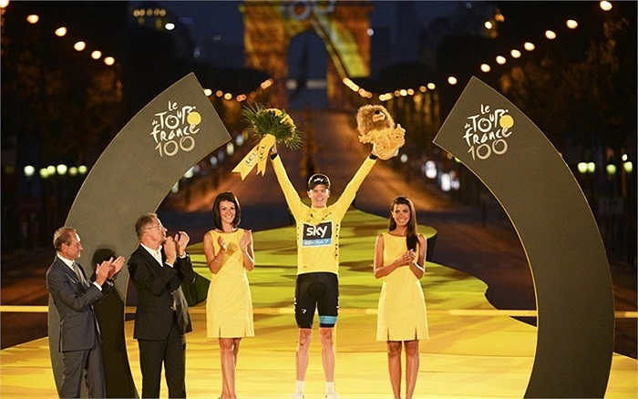 Chris Froome, người chiến thắng của Tour de France, đứng trên bục vinh quang