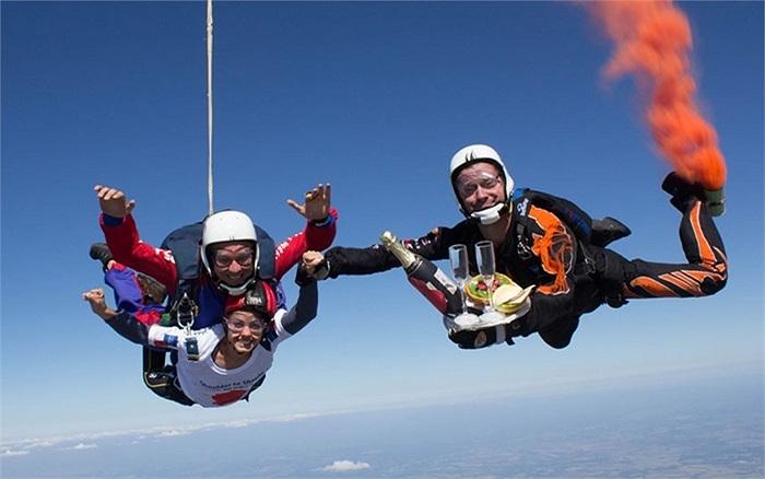Ca sĩ Katie Melua picnic trên không cùng Quân đoàn Hoàng gia Anh nhằm gây quỹ từ thiện cho mùa hè