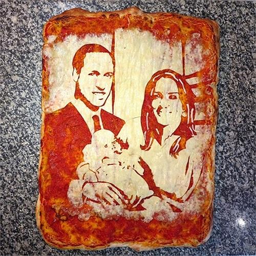 Chiếc bánh pizza mang hình gia đình Hoàng tử Anh William do nhà hàng Bella Napoli ở Glasgow, Scotland thực hiện