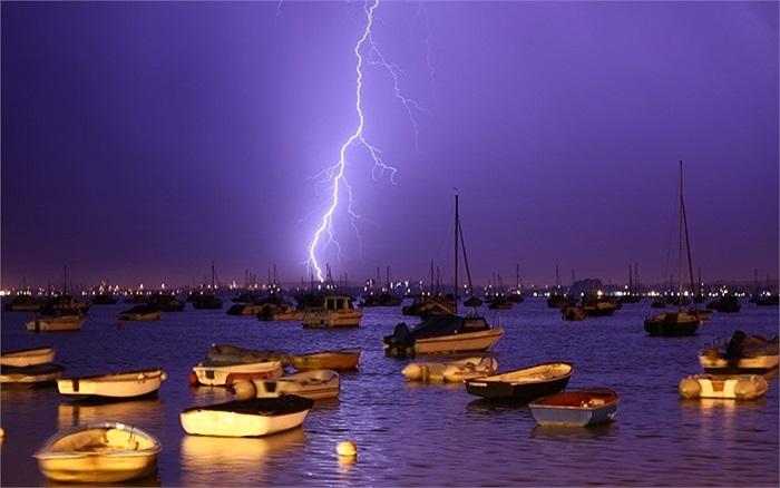 Sét đánh trên cảng Poole, Dorset, Anh