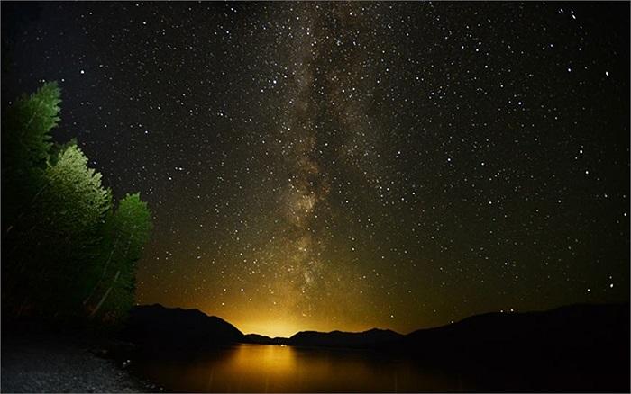 Dải ngân hà phát sáng trên bầu trời ở hồ McDondald trong Công viên quốc gia Glacier, Montana, Mỹ