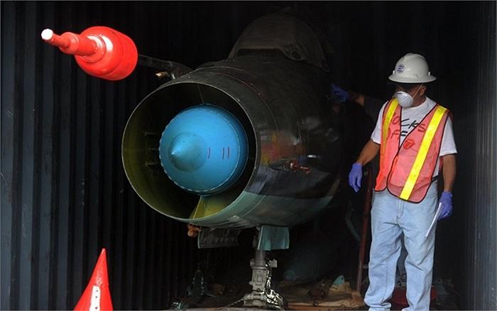 Công nhân bên trong chiếc container chứa máy bay MIG-21 được phát hiện ở cảng Manzanillo, Colon, Panama