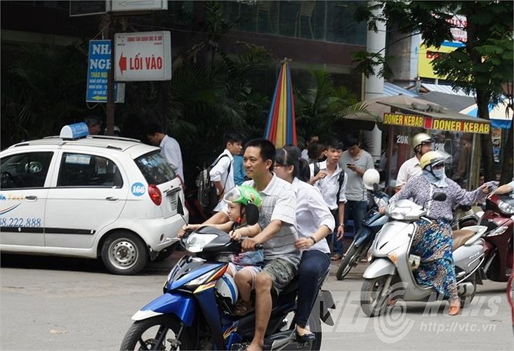 Cả gia đình không đội mũ bảo hiểm khi tham gia giao thông.