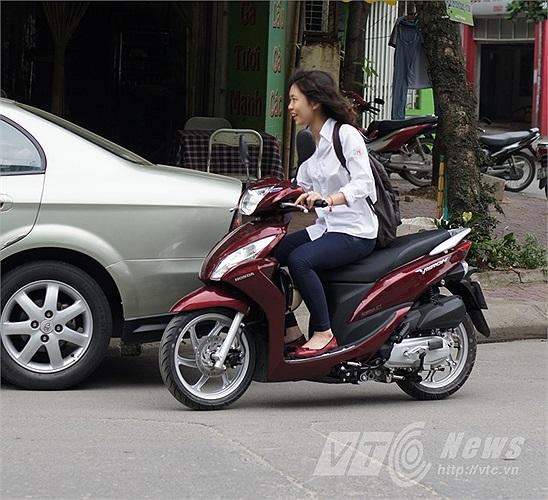 Nhiều học sinh tự đi xe máy đi thi, và cũng không chấp hành luật giao thông.