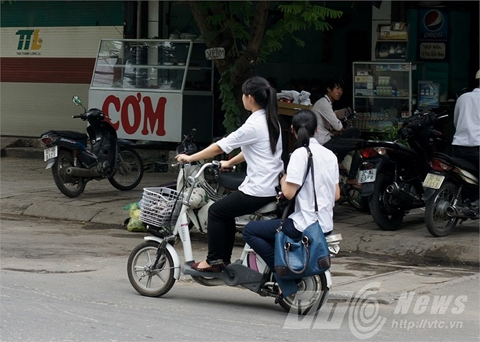 Không đội mũ bảo hiểm khi đi xe đạp điện
