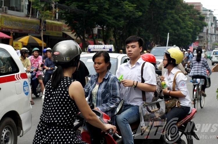 Cả phụ huynh và học sinh đều không đội mũ bảo hiểm.