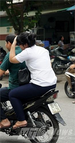 Vội vàng về nhà sau khi kết thúc môn thi nhưng quên đội mũ bảo hiểm.
