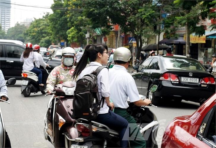 Vi phạm luật giao thông tràn lan sau giờ thi.