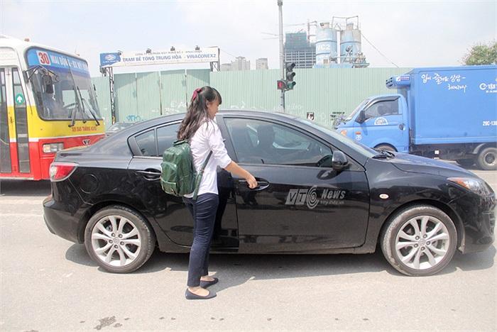 Nữ sinh này nhanh chóng bước lên xe của gia đình sau khi vừa rời cổng trường thi để tránh cái nắng như thiêu như đốt