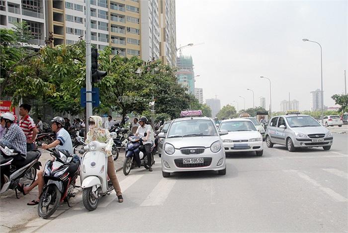 Trước cổng trường THPT Hà Nội Amsterdam lúc nào cũng chật kín xe hơi đưa đón các sĩ tử