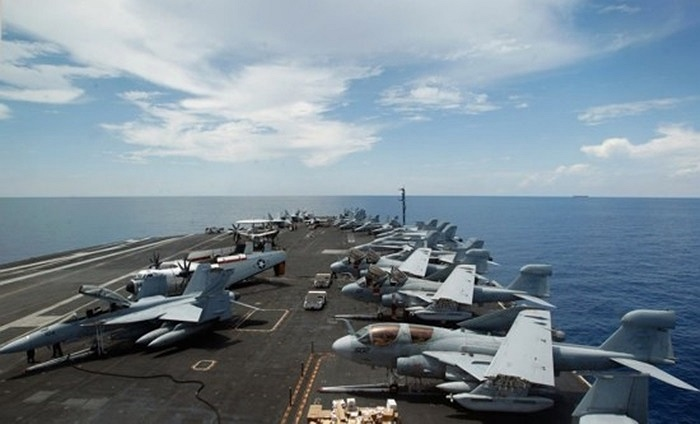 Dàn máy bay trên tàu sân bay USS Nimitz
