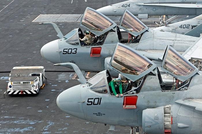 Máy bay tác chiến điện tử EA-6B trên tàu sân bay USS Nimitz