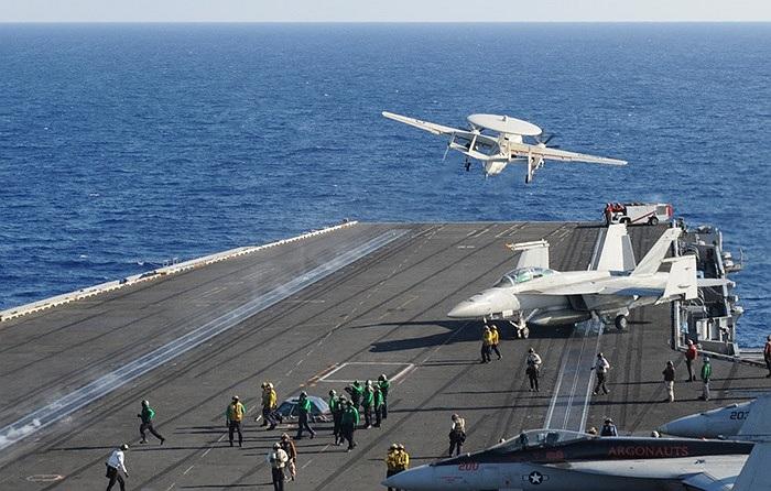 Máy bay E-2C cất cánh từ tàu sân bay USS Nimitz