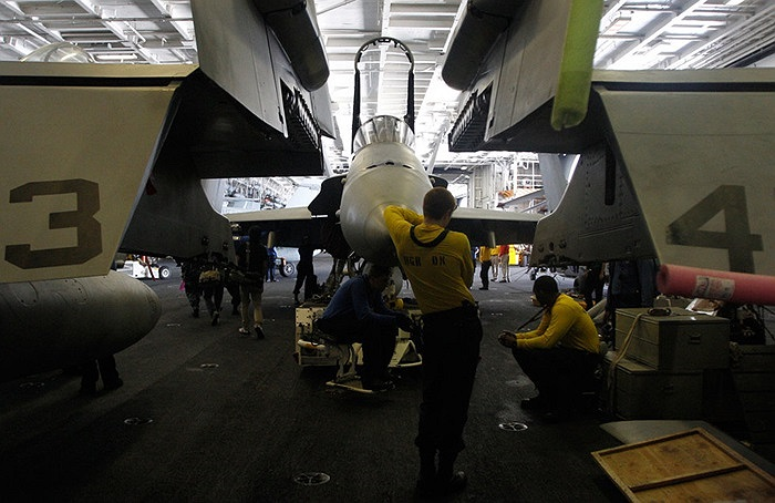 Bên trong khoang chứa máy bay của USS Nimitz