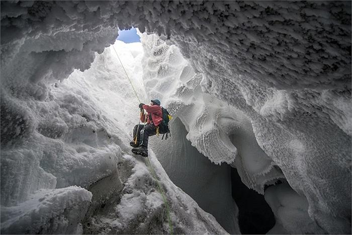 Một nhà khoa học thám hiểm miệng núi lửa đã bị đóng băng