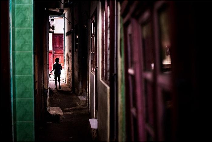 Bức ảnh chụp trong khu nhà lụp xụp ở Kampung Pulo phía Đông Jakarta, Indonesia